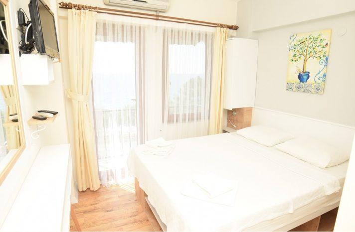 balkonlu-deniz-manzarali-oda